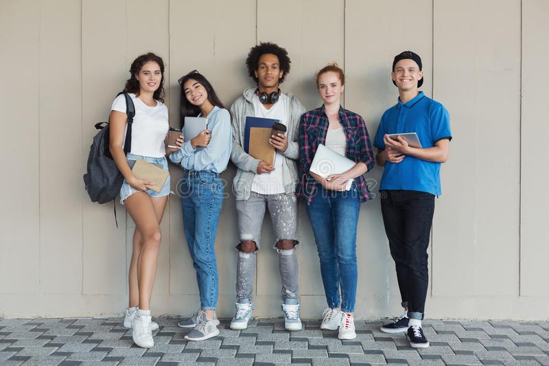 Wieloetniczna grupa szczęśliwi młodzi student uniwersytetu obraz royalty free