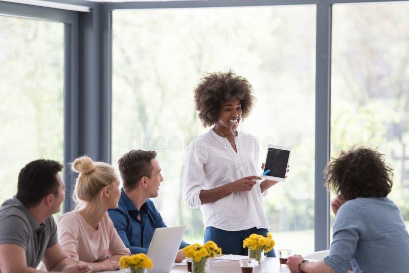 Wieloetniczna początkowa biznes drużyna na spotkaniu zdjęcie royalty free