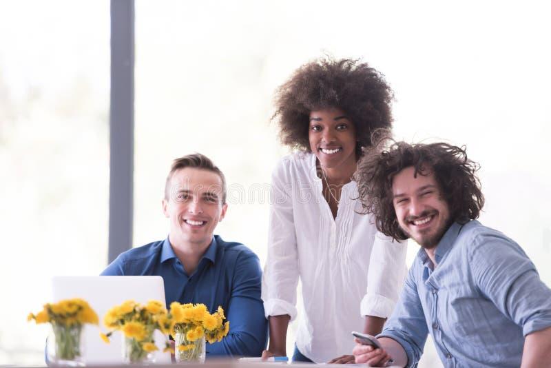 Wieloetniczna początkowa biznes drużyna na spotkaniu zdjęcia royalty free