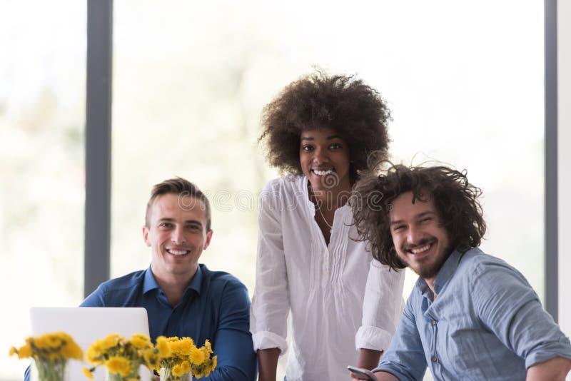 Wieloetniczna początkowa biznes drużyna na spotkaniu obrazy royalty free