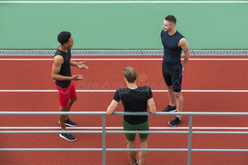 Wieloetnicznej atlety grupowy opowiadać z each inny obraz stock