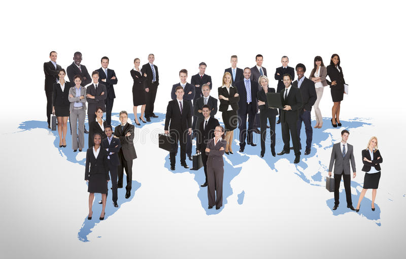 Wieloetniczni ludzie biznesu stoi na światowej mapie fotografia royalty free