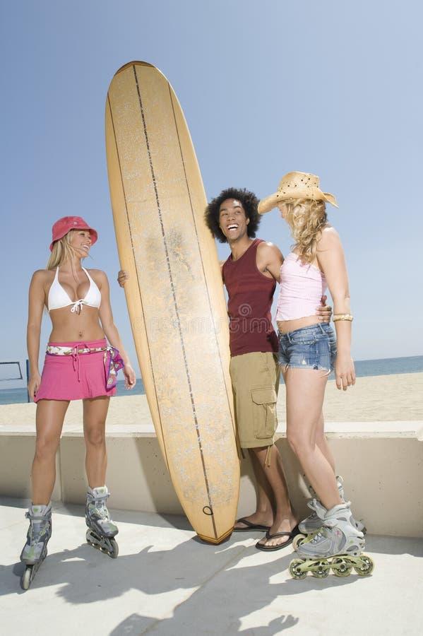 Wieloetniczni ludzie Z Surfboard obrazy royalty free