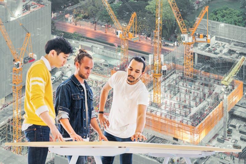 Wieloetniczny inżynier, architekt drużyny praca wpólnie na budynku projekta rozwoju planowaniu, w budowie miejsca tło zdjęcie stock