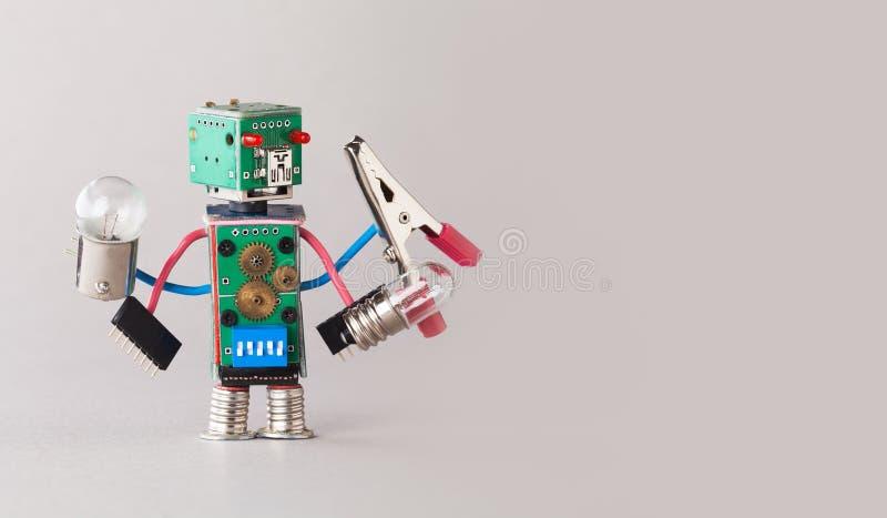 Wielofunkcyjny elektryka robot z żarówkami i cążkami w cztery rękach Kolorowi obwód deski zabawki charakteru chwyty zdjęcia stock