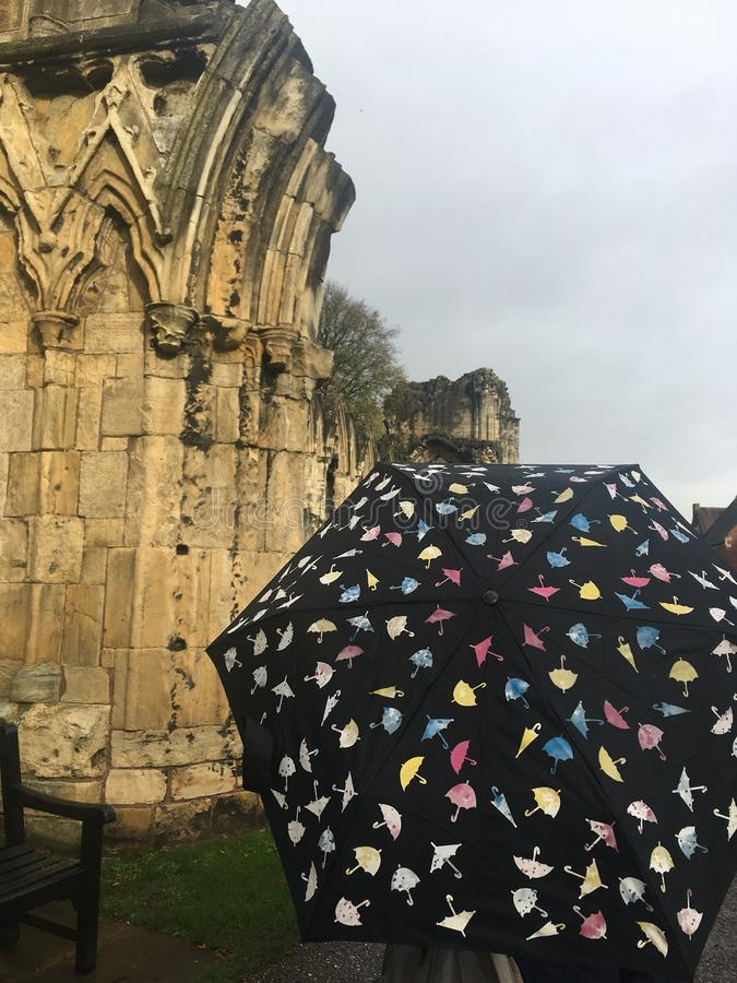 Wielokrotność coloured parasolowego zmiany colour w deszczu fotografia royalty free