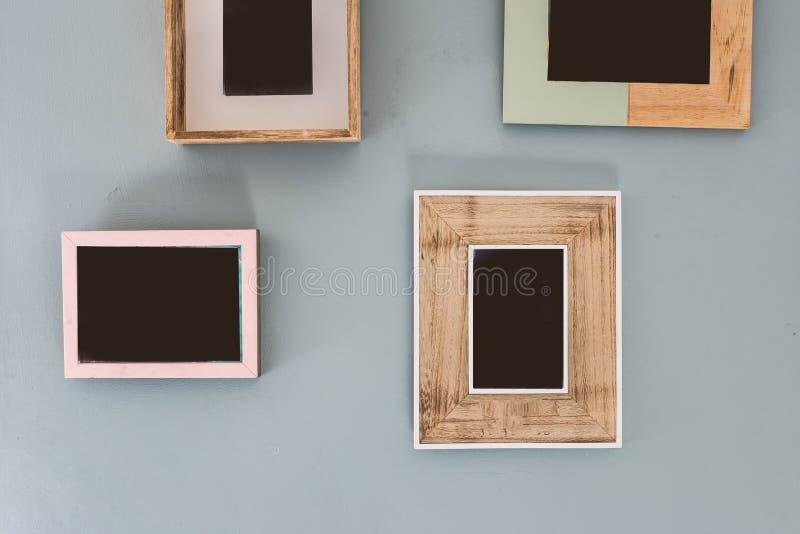 Wielokrotność wiele puste małe obrazek ramy na kolorowej ścianie zdjęcia royalty free