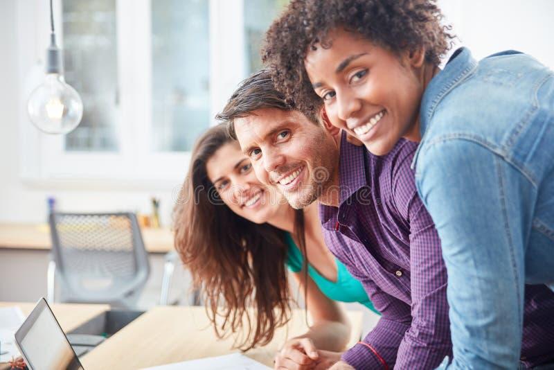 Wielokulturowa młoda biznesowego uruchomienia drużyna zdjęcia royalty free