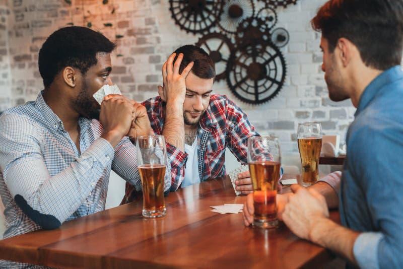 Wielokulturowe męskie przyjaciel karty do gry, mieć odpoczynek obraz royalty free