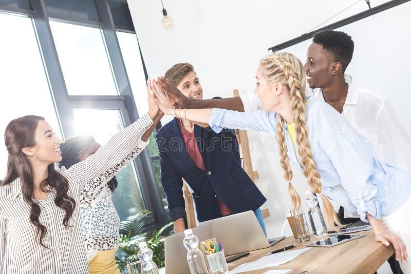 wielokulturowe młode biznes drużyny mienia ręki wpólnie obraz royalty free