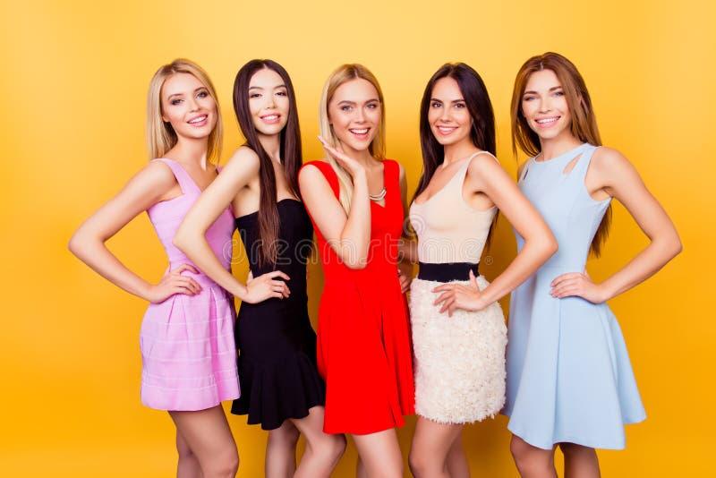 Wielokulturowy piękno, moda i kobiety pojęcie, Pięć śliczny ladie zdjęcia stock