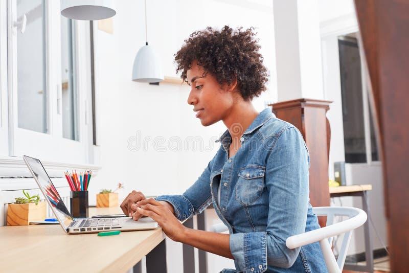 Wielokulturowy uczeń w nauczaniu online obrazy stock