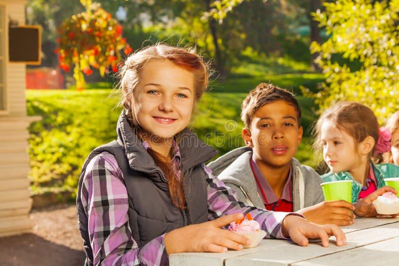 Wielonarodowi dzieci siedzą wpólnie przy stołem obrazy royalty free