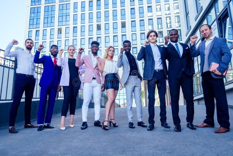 Wielonarodowi i wieloetniczni biznesmeni, szefowie i współpracownicy, którzy stali i uśmiechają się na zdjęcie stock