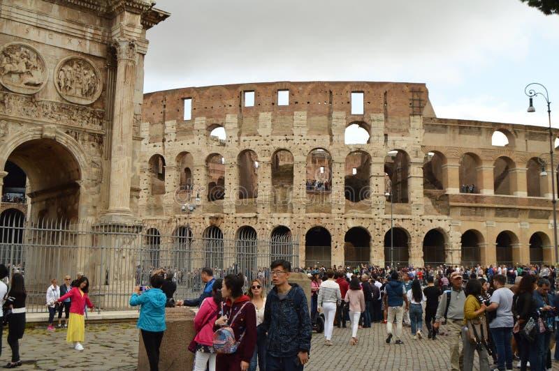 Wielonarodowy tłum turyści przed Romańskim Colosseum, Rzym, Włochy Październik 7, 2018 zdjęcie stock