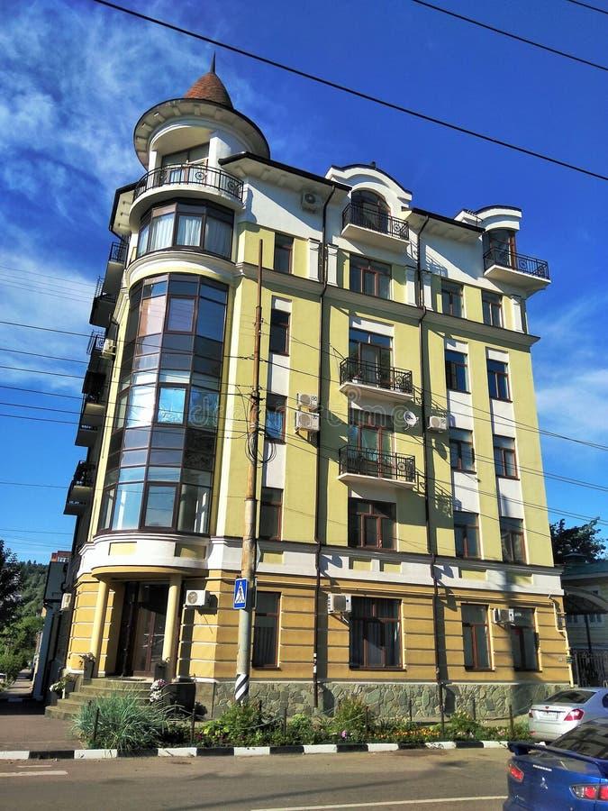 Wielopiętrowy domowy żółty biały kolor z kółkowym panoramicznym Windows balkon nowożytną architekturą i obrazy royalty free