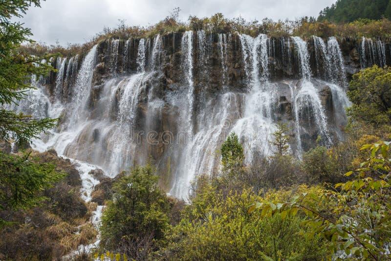 Wielopoziomowa duża siklawa przy Jiuzhaigou doliny parkiem narodowym obraz royalty free