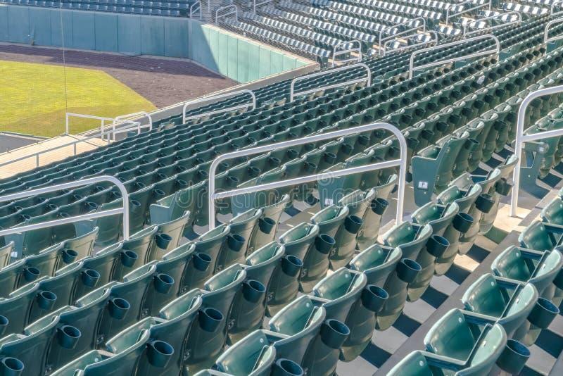 Wielopoziomowy miejsca siedzące przy areną sportową na słonecznym dniu fotografia royalty free