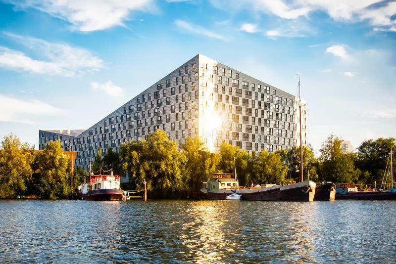 Wieloryb prażonkami Samochód dostawczy Dongen Nowożytna architektura w Amsterdam zdjęcie royalty free