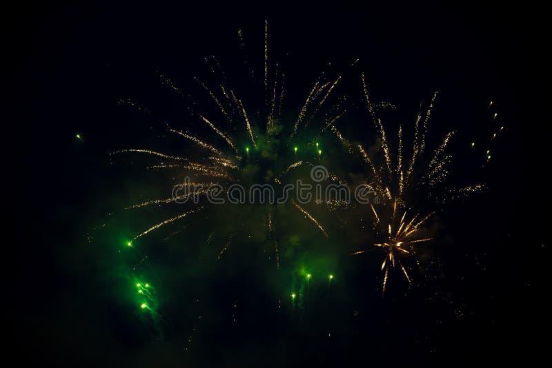 Wieloskładnikowa jaskrawa pomarańcze i zielony kolorowy fajerwerku wybuch w niebie zdjęcia royalty free