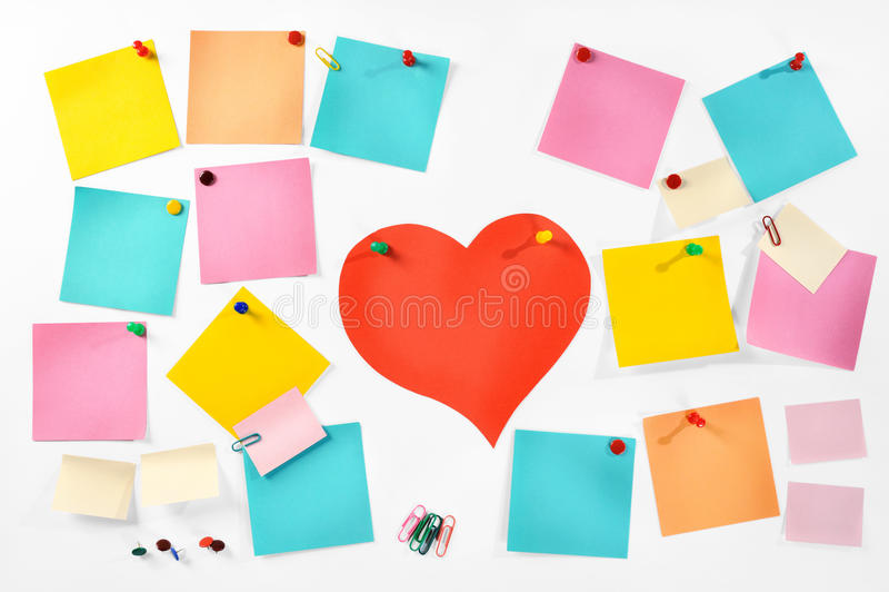 Wieloskładnikowe puste kolorowe papier notatki, biurowe dostawy i czerwieni papierowy serce odizolowywać na białym tle. zdjęcie royalty free
