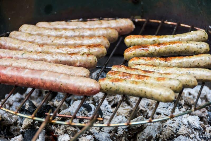 Wieloskładnikowe smakowite kiełbasy na grillu w zakończeniu w górę zdjęcie stock