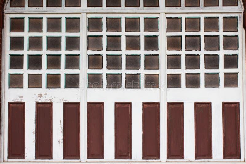Wieloskładnikowe tafle szkło w drewnianych nadokiennych ramach z wietrzejącymi farba panel fotografia royalty free