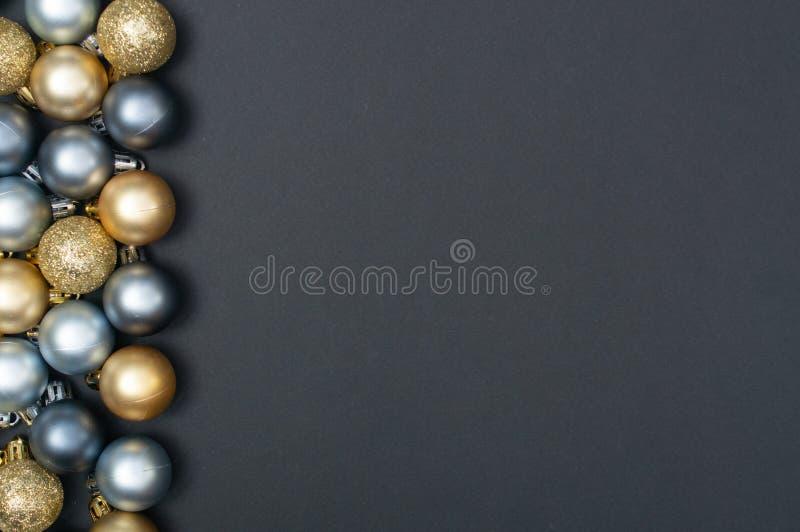 Wieloskładnikowi boże narodzenia srebni i złocistych baubles kreatywnie wzór z czarną przestrzenią tła i kopii obraz royalty free
