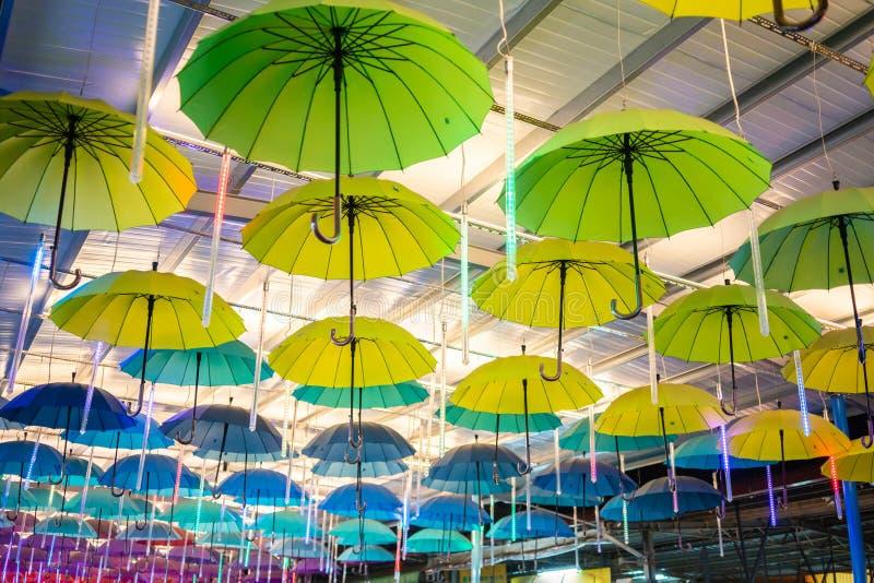 Wieloskładnikowi Kolorowi parasole Wiesza Od dachu obrazy stock