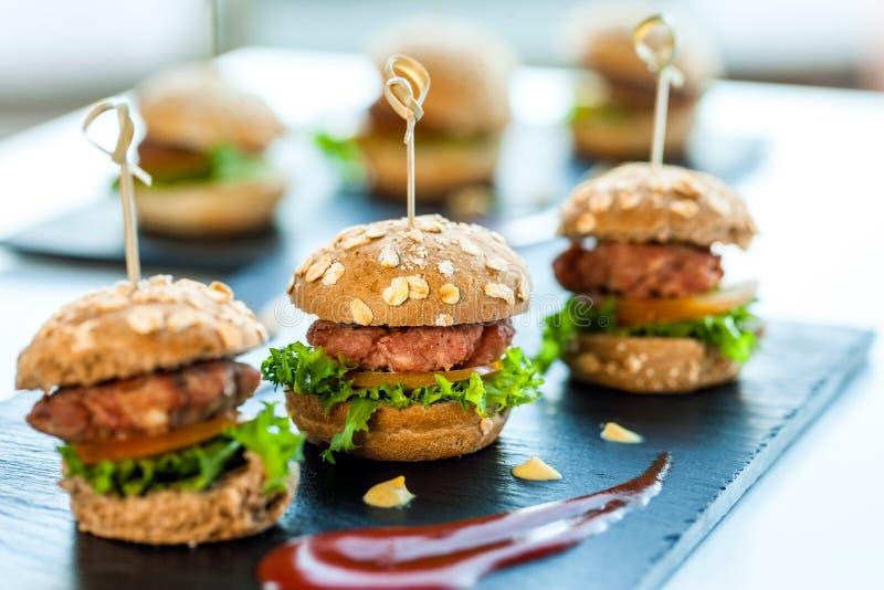 Wieloskładnikowi minimalni wołowina hamburgery. zdjęcia royalty free