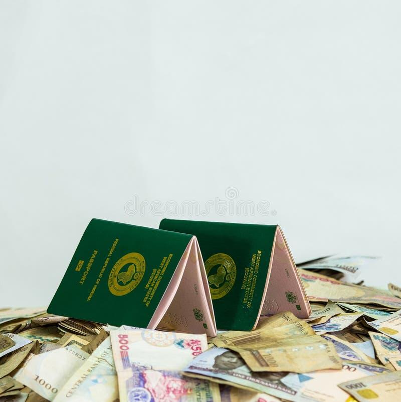 Wieloskładnikowy Ecowas Nigeria Międzynarodowy paszport na rozsypisku lokalne naira waluty zdjęcia stock