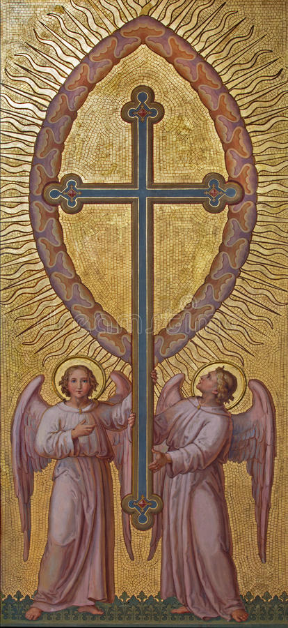 Wien - änglar med korset av Josef Kastner 1906 - 1911 i den Carmelites kyrkan i Dobling royaltyfria foton