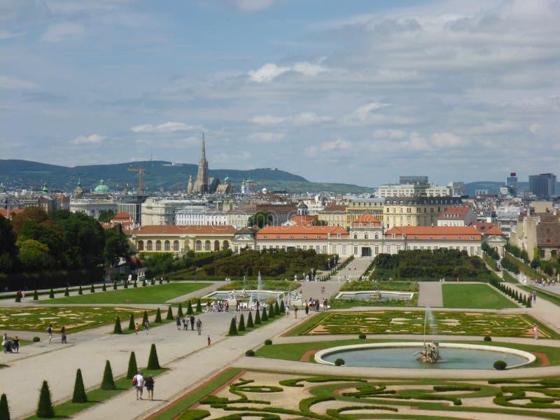 Wien, Österreich - 4. August 2014: Foto gemacht vom obersten Stockwerk des Belvedere-Palastes seine landschaftlich gestalteten Gä stockfoto
