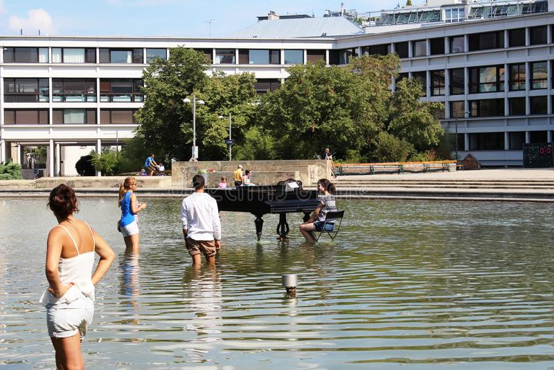 Wien, Österreich: Brunnen - ein Flügel im Wasser stockfotos