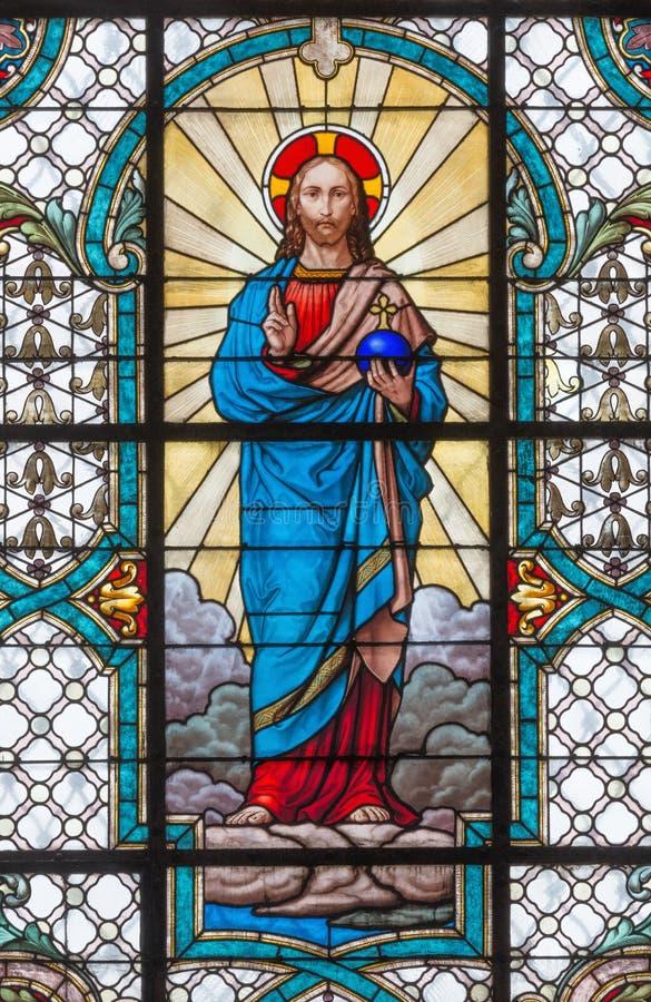 WIEN, ÖSTERREICH - 19. DEZEMBER 2016: Das Herz von Jesus auf dem Buntglas der Kirche Mariahilfer Kirche lizenzfreie stockfotografie