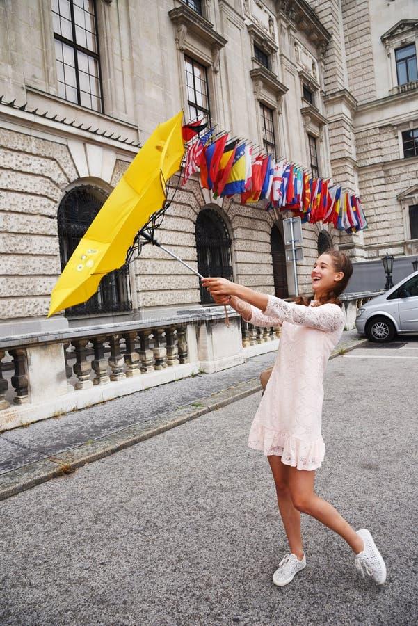 Wien, Österreich Ein Mädchen mit einem gelben Regenschirm auf dem Hintergrund des Neue-Burg, ein neues Schloss des Hofburg P lizenzfreies stockfoto