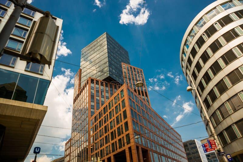 Wien, Österreich, Europa: Schöne Wolkenkratzer auf Hintergrund des blauen Himmels in Wien-Stadt lizenzfreie stockbilder