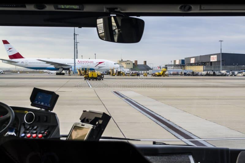 Wien, Österreich, 26 02 2019 Neue Landung von Flugzeugen im Flughafen im Vorort von Wien Bewegen von Passagieren auf den Bus lizenzfreies stockbild