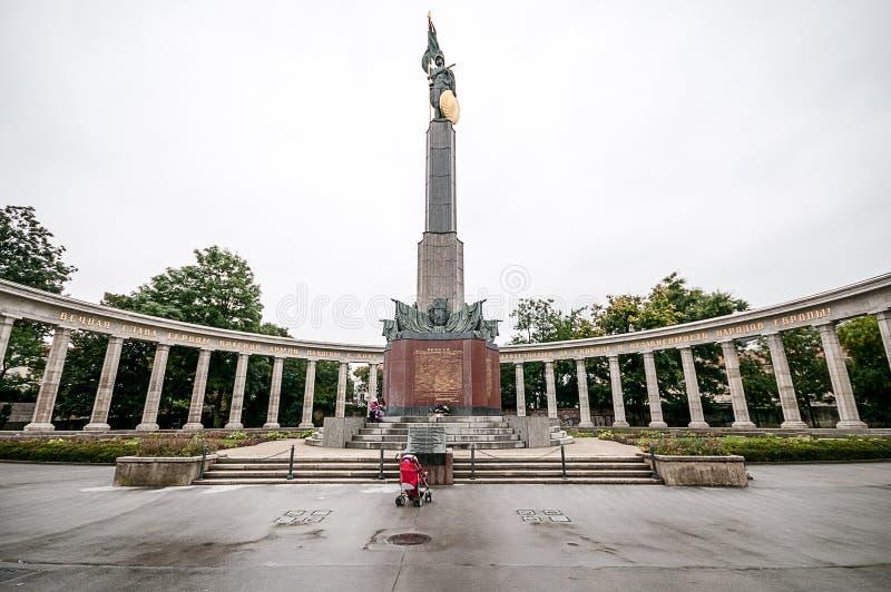 WIEN, ÖSTERREICH - 19. OKTOBER 2015: Sowjetisches Kriegs-Denkmal in Schw lizenzfreie stockfotos