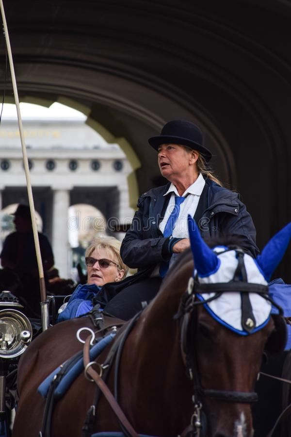 Wien, Österreich - September, 15, 2019: nFemale Wagenfahrer führt Touristen durch die Straßen von Wien-wann stockfotografie
