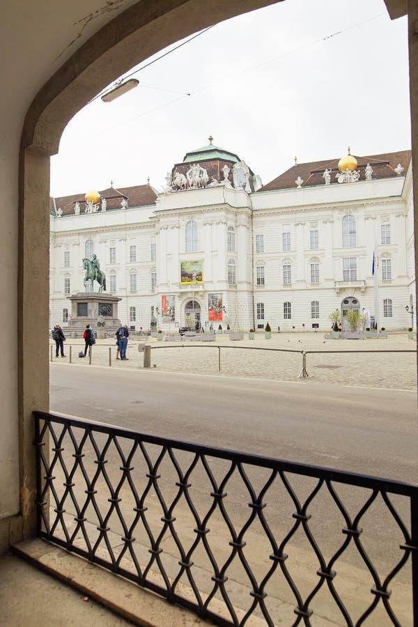 Wien Österrike - 15 April 2018: Fyrkant av Josefplatz del av det Hofburg slottkomplexet royaltyfri bild