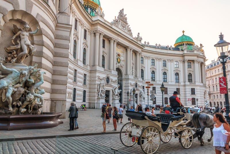 Wien Österrike - 19 Augusti, 2018: Hofburg slott med turister a royaltyfria bilder