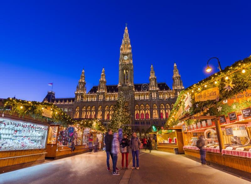 WIEN ÖSTERRIKE - DECEMBER 29, 2016: Jul marknadsför nära stad royaltyfria foton