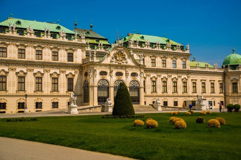 Wien Österrike: En barock slottBelvedere är ett historisk byggnadkomplex i Wien som består av två barocka slottar med a fotografering för bildbyråer