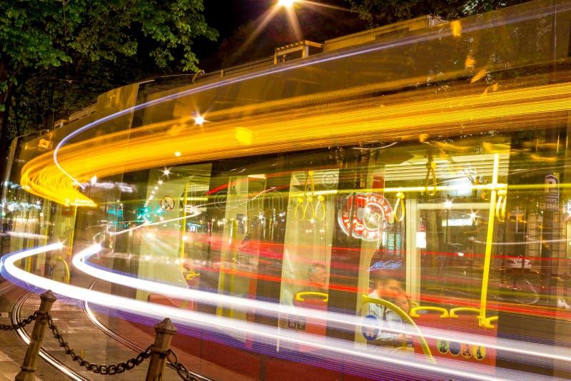 Wien Österrike - 04/22/2018: Enspårvagn på Ringstrassen i Wien Fotoet göras på en lång exponering fotografering för bildbyråer