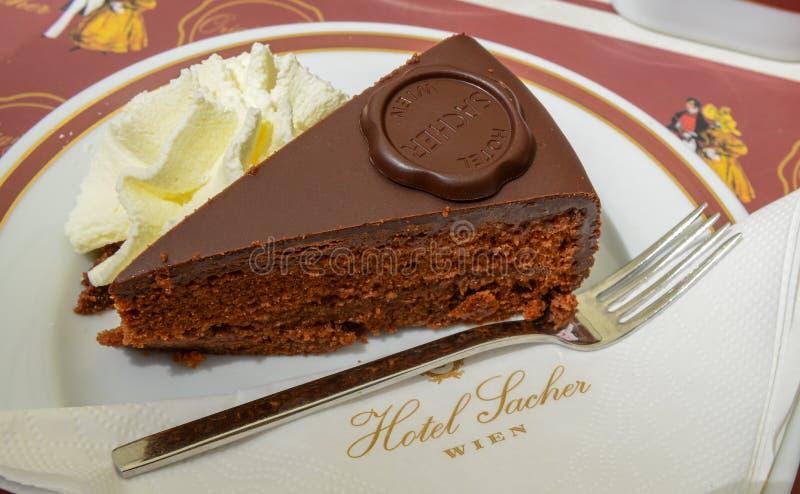 WIEN ÖSTERRIKE - JUNI 01 2016: Original- Sacher Torte med crea royaltyfri bild