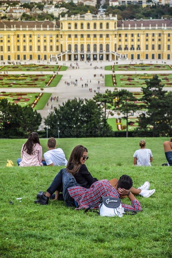 Wien Österrike, September, 15, 2019 - koppla ihop samtal, att datera och att kyssa på kullen framme av Schonbrunn slott, a royaltyfri fotografi