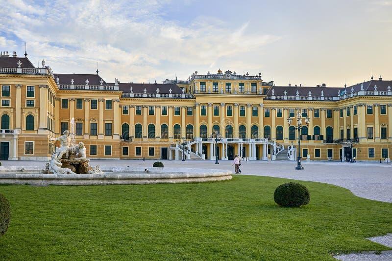 Wien Österrike - September 25, 2013: Schonbrunn slott och trädgårdar Den tidigare imperialistiska sommaruppehållet Slotten är en  royaltyfri foto