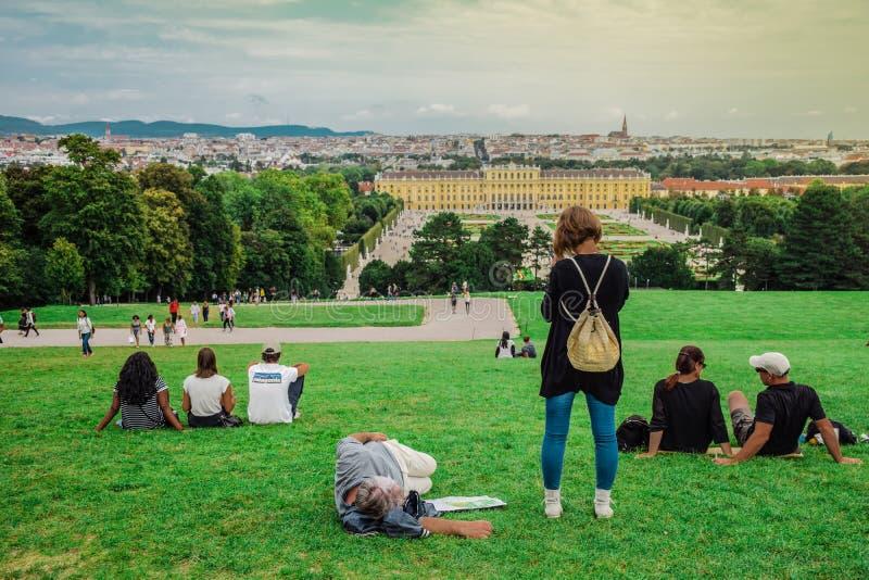 Wien Österrike, September, 15, 2019 - turister som framme kopplar av på kullen av den Schonbrunn slotten, ett tidigare imperialis arkivbild