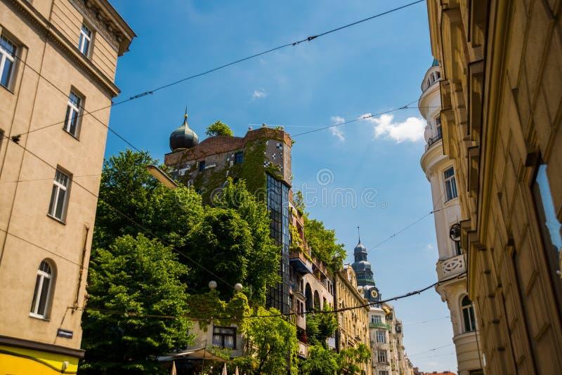Wien Österrike: Sikt av det Hundertwasser huset Det Hundertwasserhaus lägenhethuset är den berömda dragningen fotografering för bildbyråer